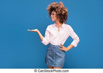 fondo., lentes, retrato, tupido, pelo afro, norteamericano, sonriente, llevando, mujer, moderno, azul