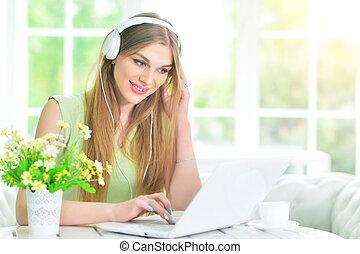 fones, mulher, laptop, usando