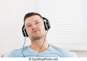 fones, pensativo, escutar música, através, homem