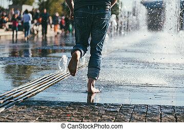 fontän, man, mitt, kör, strömmar, stad, bar, jeans, fötter, plan, mellan