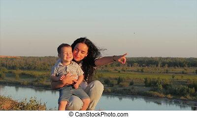 footage., gezin, op, moeder, hemel, son., achtergrond., ondergaande zon , omhelzingen, verticaal, liggen