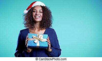 footage., heureux, espace, elle, femme, course, mains, cadeau, mélangé, arrière-plan., girl, vacances, appareil-photo., copie, bleu, donne, il, positif, sourire.