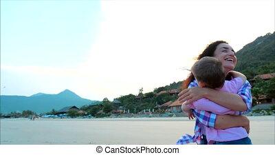 footage., looppas, gezin, moeder, kussen, op, omhelzingen, hemel, close-up, zoon, zoon, aandrangen, achtergrond., armen, handen, kind, ondergaande zon , mother., liggen, moeder, vrolijke
