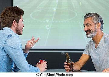 football, barre, deux hommes, regarder