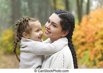 forêt automne, automne, fille, park., parent, jour, mère, promenade, jeu, enfant