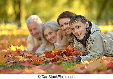 forêt automne, famille heureuse, portrait, délassant
