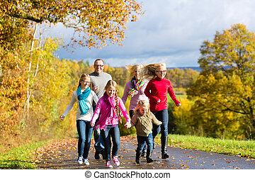 forêt automne, prendre, famille, promenade