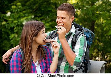 forêt, couple, manger, jeune, chocolat