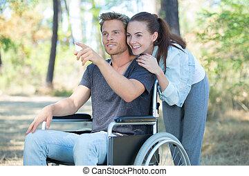 forêt, fauteuil roulant, par, couple, promenade