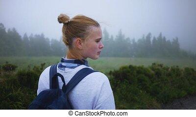 forêt, promenades, brumeux, long, girl, route