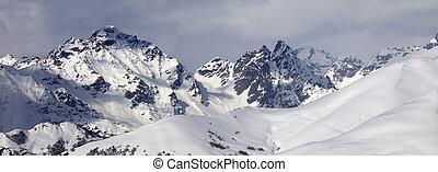 fora-piste, declive, nevado, nuvens, montanhas