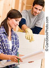 forbedring til hjem, ungt par, hos, blueprints