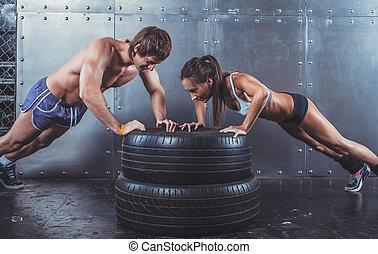 force, crossfit, femme, sportsmen., sport, pneu, formation, sportif, augmente, puissance, séance entraînement, homme, poussée, concept, fitness, crise, lifestyle.