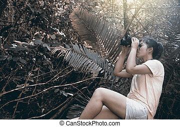 forest., frau, fernglas, asiatisch, hübsch, schauen