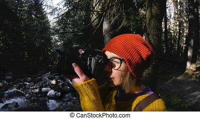 forest., lent, pictures., clã©, elle, sain, mains, motion., 60, appareil photo, par, bas, fps, promenades, actif, hipster, girl, prendre, girl-photographer