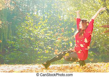 forest., menina, outonal, crouching