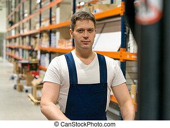 forklift gépkezelő, dolgozó, alatt, a, warehouse.