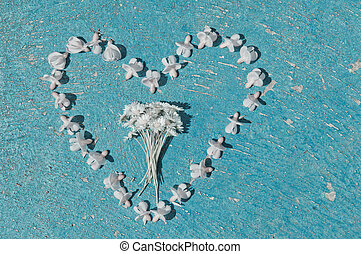 forma coração, formado, de, branqueado, flores, ligado, um, antigas, textura, fundo azul claro, turquesa, fundo