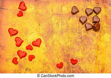 forma corazón, chocolate, con, rojo, corazones, día de valentines, dulces, amarillo, fondo.