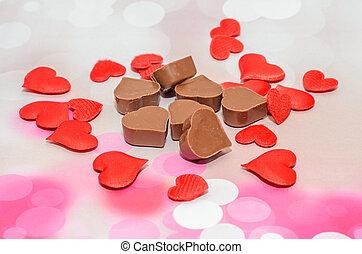 forma corazón, chocolate, con, rojo, corazones, día de valentines, dulces, rosa, fondo.