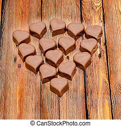 forma corazón, chocolate, día de valentines, dulces, marrón, madera, fondo.