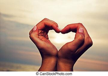 forma corazón, mujer, manos, sunse