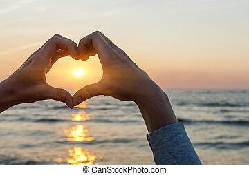 forma cuore, mani, incorniciatura, sole
