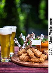 formaggio, ali, set, appiccicare, estate, legno, beer., birra, due, taglio, luminoso, sauce., sfondo verde, verdura, pollo, asse, palle, occhiali