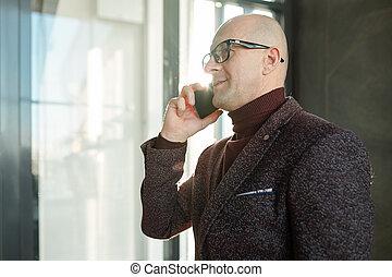 formalwear, middelbare leeftijd , brillen, zakenman, klesten, mobiele telefoon