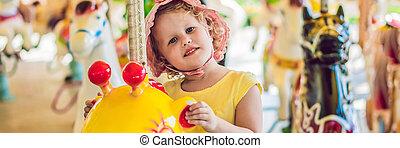 format, long, girl, apprécier, carrousel, équitation, maison, mignon, peu, coloré, funfair, bannière