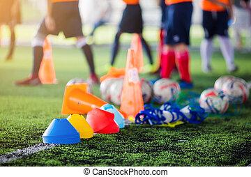 formation, équipement, football, artificiel, joueur, vert, arrière-plan., gazon, football, flou