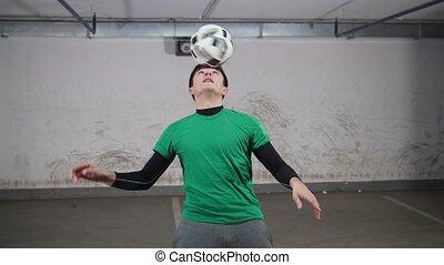 formation, balle, deft, football, tricks., jeune, rotation, doigt, parking., souterrain, football, homme