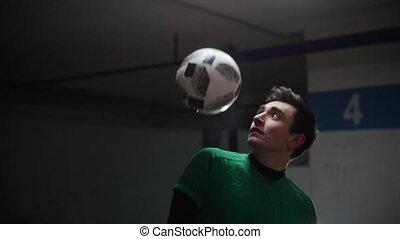 formation, balle, football, épaules, tricks., jeune, frapper, football, homme
