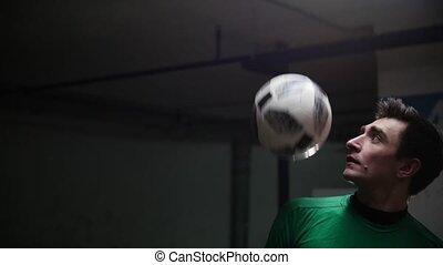 formation, balle, football, épaules, tricks., jeune, frapper, parking., souterrain, football, homme