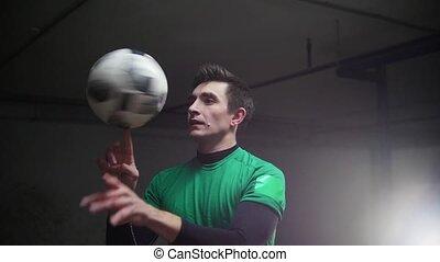 formation, balle, football, jeune, tricks., rotation, doigt, parking., souterrain, football, homme