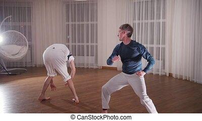 formation, capoeira., hommes, deux, jeune, début, rouler