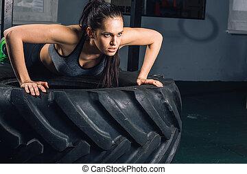 formation, concept, sportif, puissance, crise, augmente, femme, poussée, pneu, force