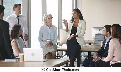 formation, entraîneur, bureau, employés, jeune, conversation, femelle asiatique
