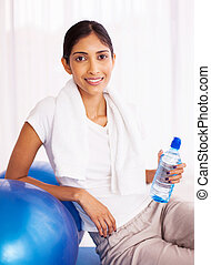 formation, femme, bouteille, après, eau, indien, tenue
