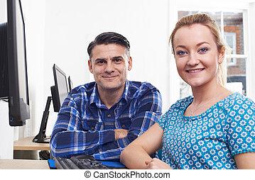 formation, femme, bureau, jeune, informatique, homme mûr