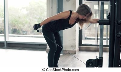 formation, femme, coup, crise, gymnase, jeune, machine, triceps, utilisation, exercice