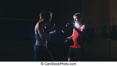 formation, femme, elle, jeune, kickboxing, coach., adulte