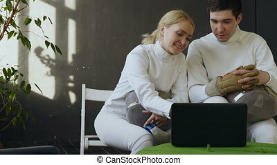 formation, femme, informatique, escrimeurs, regarder, escrime, ordinateur portable, deux, concurrence, jeune, partage, intérieur, expérience, homme, avant