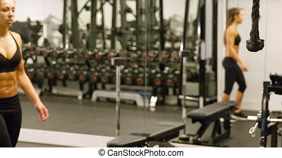 formation, femme, sportif, câble, gymnase, machine, muscles, traction, triceps