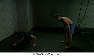 formation, hommes, gymnase, boxe, haut, deux, poussée, combattants, chauffage, exercices, augmente, coup de pied