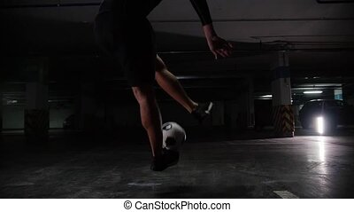 formation, sien, skills., football, jeune, balle, il, donner coup pied, sauter, lot., stationnement, souterrain, football, homme