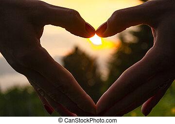 forme coeur, coucher soleil, main