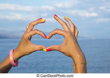 forme coeur, fait, de, femme, mains, contre, mer, et, ciel