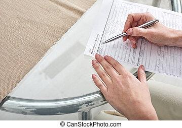 forme femelle, mains, papier, assurance, jeune, réclamation, remplissage, sur, santé, stylo