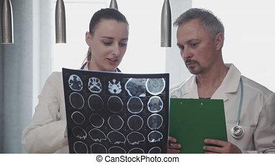 formować główki doktor, rentgenowski, mówiąc, profesjonalny, czaszka, dyskutując, coworkers, strzelony., dwa, rentgenolog, kolega, mózg